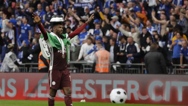 Kelechi Iheanacho, from Leicester, celebrates the Cup in front of the fans.