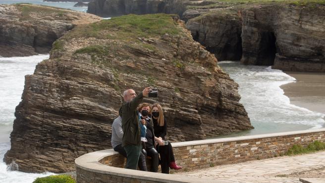 Varias personas visitan la Playa de las Catedrales, en Ribadeo (Lugo).