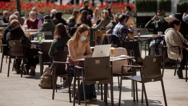 Una terraza llena de gente en un día soleado en Madrid.