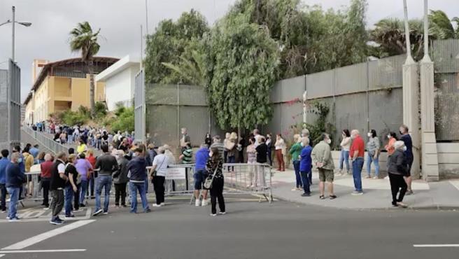 Miles de canarios de más de 60 años acuden a vacunarse en Tenerife y Gran Canaria