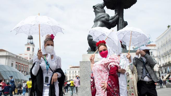 Un grupo de personas vestidas con el tradicional traje de chulapas, este sábado en la Puerta del Sol.