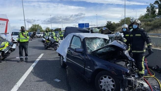 Uno de los vehículos tras el accidente múltiple en la M-50, a la altura de Majadahonda.