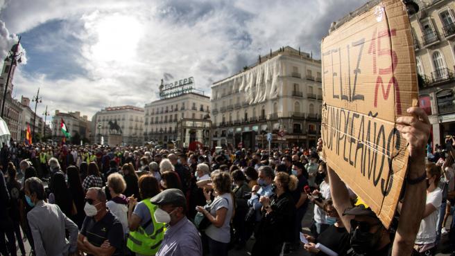 Manifestantes del 15-M concentrados en la Puerta del Sol en su décimo aniversario.