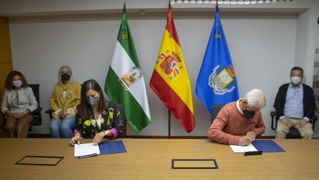 El Ayuntamiento de San Fernando firma acuerdos con dos peñas para seguir difundiendo el flamenco