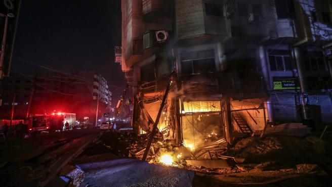 Un incendio en un edificio en Gaza tras un ataque aéreo del Ejército israelí.