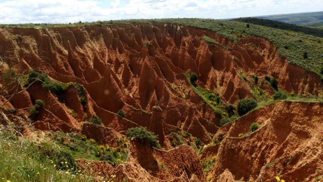 Las arcillas y el tono rojizo dan forman a las Chimeneas de Hadas en Valdepeñas de Sierra (Guadalajara)