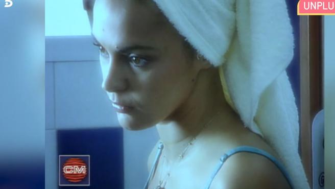 Imagen de un videoclip de una canción de Álex Ortiz en la que aparece Olga Moreno.