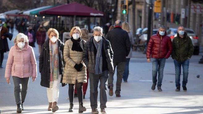 Paseantes caminan por una calle del centro de Barcelona.