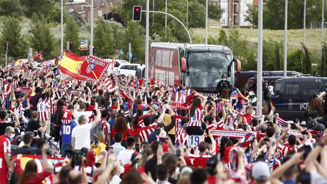 Los aficionados del Atlético reciben al equipo antes del decisivo partido ante Osasuna.