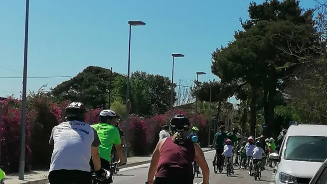 """Unas 400 personas participan en la bicicletada para defender """"el pulmón verde"""" de Son Bonet"""