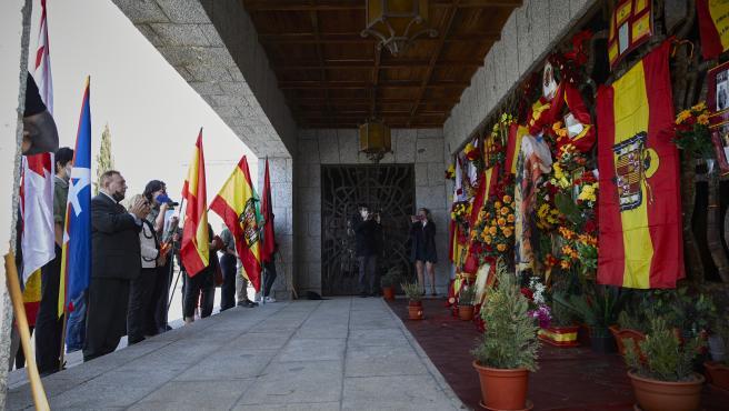 Varias personas de diferentes grupos franquistas asisten a un acto por el Día de la Victoria.