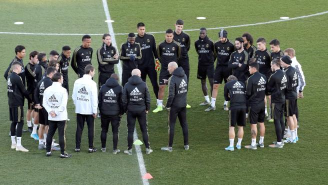 Zidane charla con su plantilla