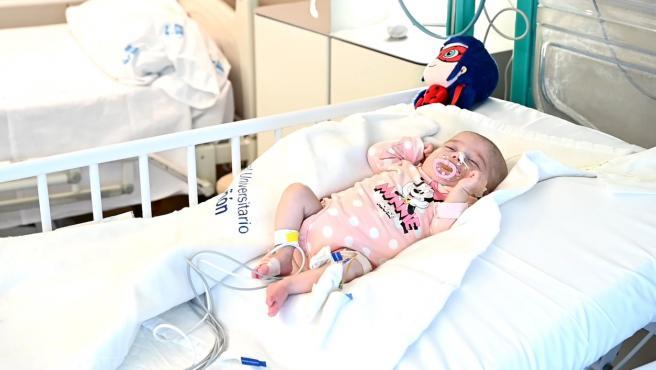 La pequeña Naiara de dos meses tras su trasplante de corazón.