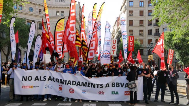 Trabajadores de BBVA ocupando la Via Laietana de Barcelona durante la manifestación de este lunes.