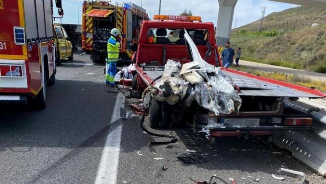 Tres heridos en un accidente con una grúa en la A-4, que deja kilómetros de atascos