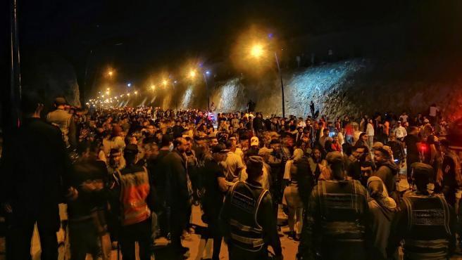 Cientos de jóvenes marroquíes esperan el momento de cruzar la frontera española, por tierra o agua, en Castillejos, Marruecos.