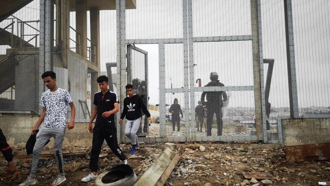 Un grupo de inmmigrantes son devueltos a Marruecos por las autoridades españolas, en la frontera entre Ceuta y Fnideq (Castilejos).