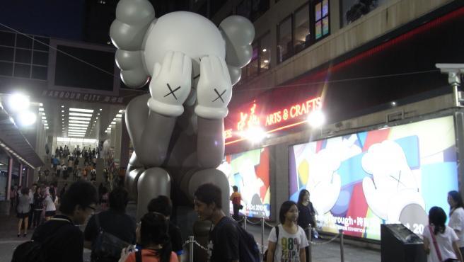 Imagen de la escultura Companion, personaje diseñado por KAWS.