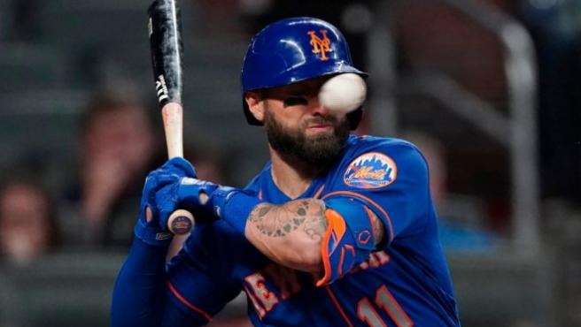 Kevin Pillar, jugador de los New York Mets, recibe un pelotazo en la cabeza.