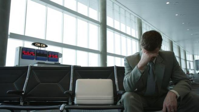 Un hombre estresado en un aeropuerto.