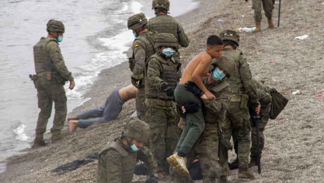 A soldier picks up a minor in Ceuta.