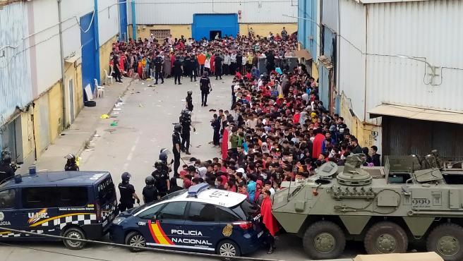 La policía Nacional y el Ejército de Tierra vigila a cientos de inmigrantes tras su llegada a Ceuta.