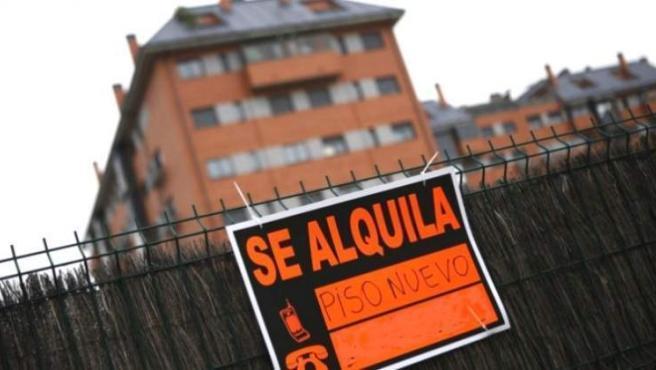 Los propietarios de una vivienda en alquiler deberán comunicar al inquilino con cuatro meses de antelación, y no con 30 días como estaban acostumbrados, la no renovación del contrato a su finalización tras 5 o 7 años de alquiler. Esta medida está en vigor en todos los contratos de alquiler firmados a partir del 6 de marzo de 2019, según advierte el director general de la Agencia Negociadora del Alquiler (ANA), José Ramón Zurdo. Si el propietario no hace la comunicación en ese período, corre el riesgo de que el arrendamiento lo pueda prorrogar el inquilino hasta 3 años, según recoge el Real Decreto Ley 7/2019 de medidas urgentes en materia de vivienda y alquiler.