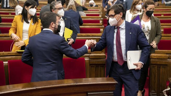 El portavoz del PSC, Salvador Illa, saluda al candidato a la investidura como president de la Generalitat, Pere Aragonès (ERC).