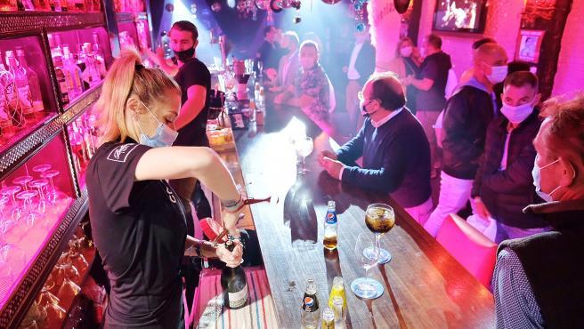 Interior de un bar musical durante el ensayo clínico para la reapertura del ocio nocturno en Sitges.