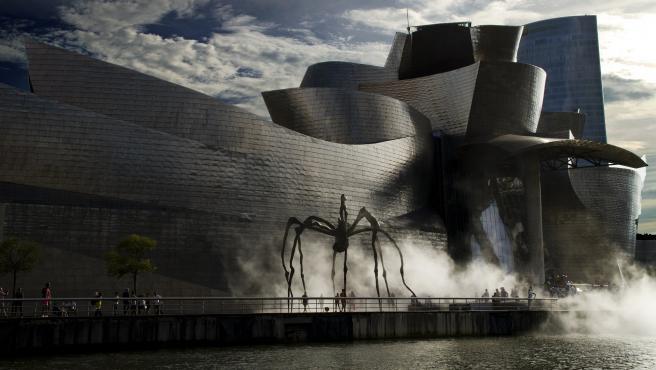 No podía faltar la capital vizcaína entre las elegidas. El espectacular museo Guggenheim es un escenario imperdible en la ciudad para disfrutar de una jornada de arte, pero también hay que pasear por sus calles y plazas y empaparse del ambientazo que siempre tienen.