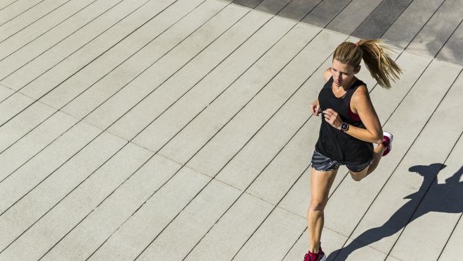 Una joven realiza ejercicio físico al aire libre.