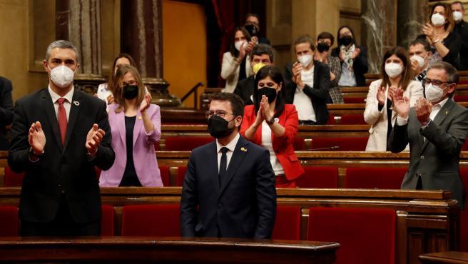 El nuevo presidente de la Generalitat, Pere Aragonès, recibe la felicitación de los diputados de su bancada.