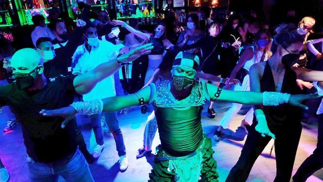 Personas bailan en el interior de un bar musical durante el ensayo clínico para la reapertura del ocio nocturno en Sitges.