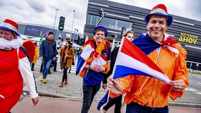 Los aficionados holandeses llegan al Rotterdam Ahoy Arena horas antes de que dé comienzo el festival de Eurovisión.