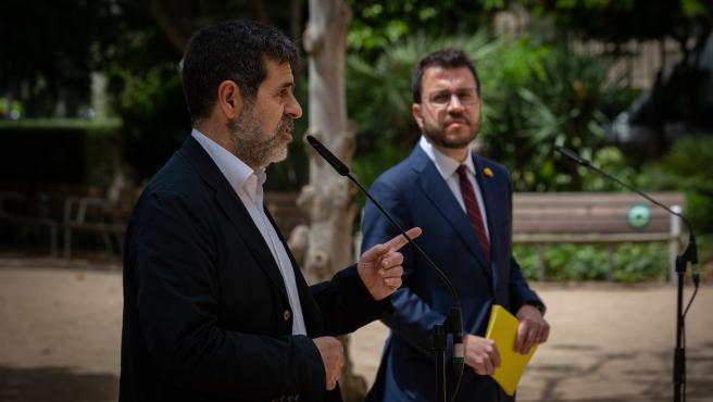 El president de la Generalitat en funciones, Pere Aragonès (d) y el secretario general de Junts, Jordi Sànchez (i).