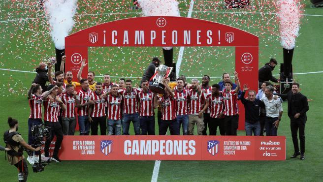 The Atlético de Madrid squad receives the League champion trophy.