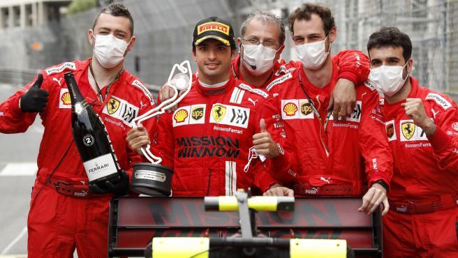 Carlos Sainz y sus mecánicos de Ferrari en Mónaco