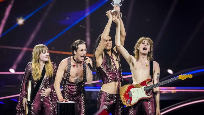 """Momento en el que el cantante de Maneskin grita: """"¡El rock&roll nunca muere!""""."""