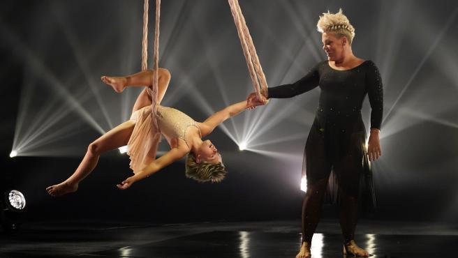 Pink, ganadora del premio Icon, actúa con su hija Willow en los Billboard Music Awards, el viernes 21 de mayo de 2021, en el Microsoft Theatre de Los Ángeles.