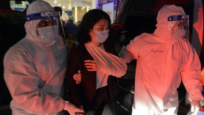 Miembros de los equipos de rescate ayudan a una persona herida al colisionar dos trenes en un túnel del metro de Kuala Lumpur, Malasia.
