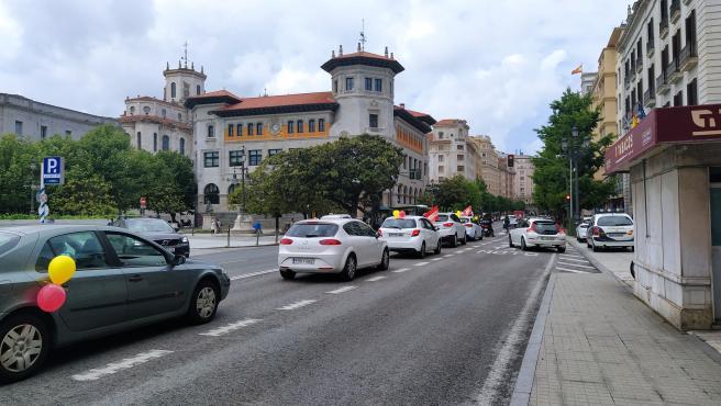 """Caravana de protesta de UGT y CCOO contra el """"desguace"""" de Correos"""
