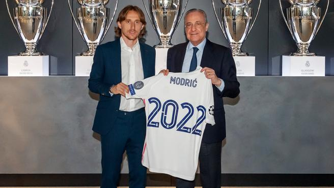 Modric, along with Florentino Pérez, after signing his renewal.