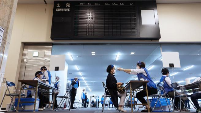 Centro de vacunación masiva habilitado en el aeropuerto de Nagoya, en Japón.