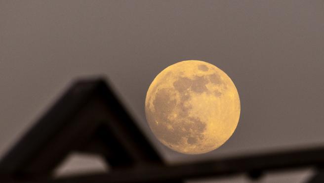 """Este miércoles, se producen dos espectaculares fenómenos astronómicos de los que se podrá disfrutar porque son visibles a simple vista: por una parte, un eclipse total de Luna -que dará lugar a la luna de sangre- y, por otra, una superluna que, en esta ocasión, recibirá el apellido """"de las flores"""" -dado que el nombre tradicional de la luna llena de mayo."""