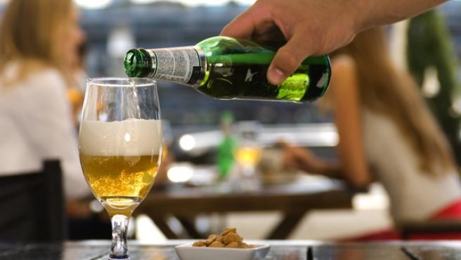 Vaso de cerveza en una terraza.