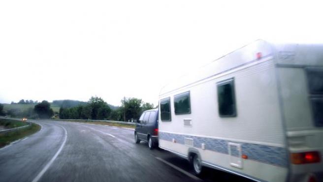 Imagen de una caravana por la carretera.