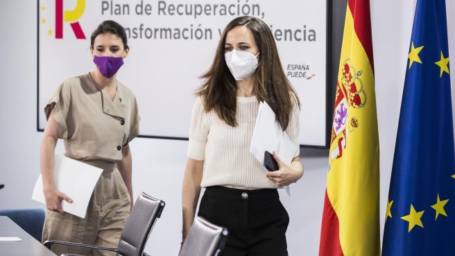La ministra de Igualdad, Irene Montero (i), y la ministra de Derechos Sociales y Agenda 2030, Ione Belarra, a su llegada a una rueda de prensa.