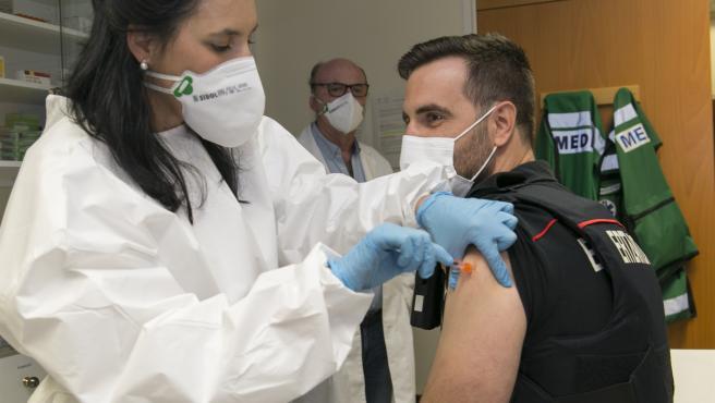 Los agentes de la Ertzaintza comienzan a recibir la segunda dosis de Pfizer tras la primera de AstraZeneca
