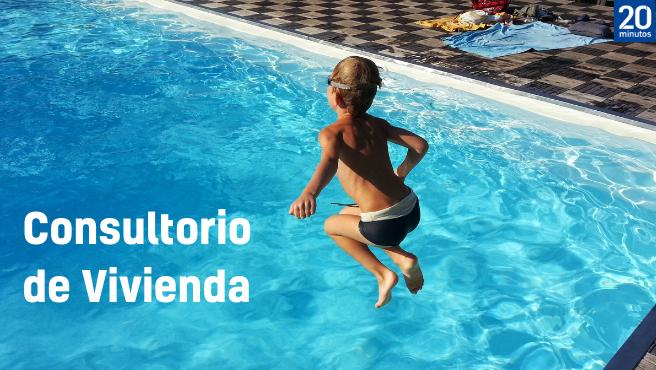 Un niño se lanza a una piscina comunitaria.