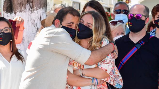 David Flores abraza a su hermana, Rocío Flores, en el homenaje a Rocío Jurado por el 15 aniversario de su fallecimiento.